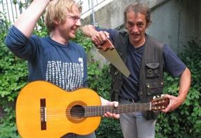 Straßenmusiker spielen um die ''Goldene Säge''
