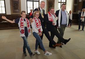 Im Sauseschritt: Oberbürgermeister empfängt Karnevalisten